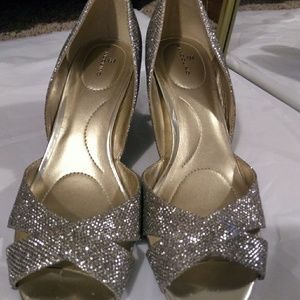 NWOT Bandolino 8 1/2 Silver Glitter Heels